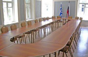 стулья и стол для конференц-залов